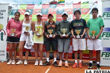 Los tenistas ganadores del nacional de tenis disputado en La Paz