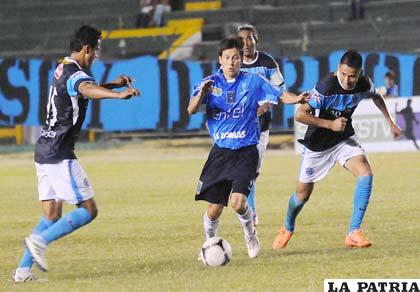Joselito Vaca, de Blooming, domina la pelota