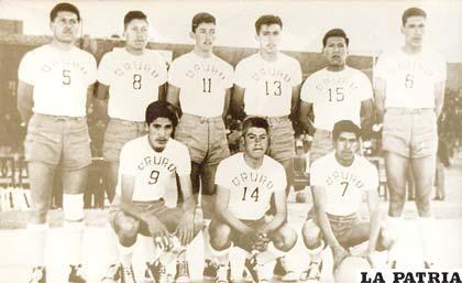 Selección de Oruro, campeón nacional de baloncesto en 1962 en Colquiri, el No. 14 es Wilfredo Sandoval