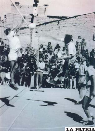 Wilfredo Sandoval en una acción del voleibol, en ocasión del encuentro de Bolívar y el equipo de Urus en 1963