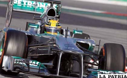 """Hamilton """"vuela"""" en el penúltimo día de pruebas en Montmeló"""