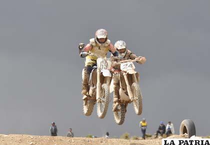 Los pilotos de la MX-2, en plena competencia