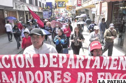 Masiva marcha de los maestros, otro de los sectores que fortaleció la defensa de la dignidad de Oruro