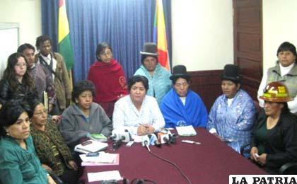 Ministra de Justicia, Cecilia Ayllón, en encuentro con organizaciones de mujeres