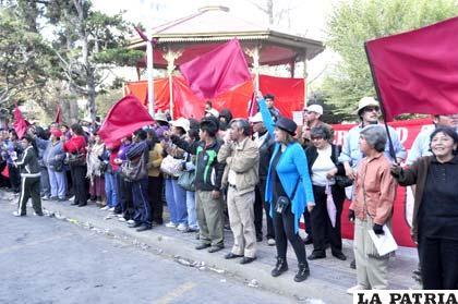 Los orureños agitaron con orgullo la Rojo Carmesí