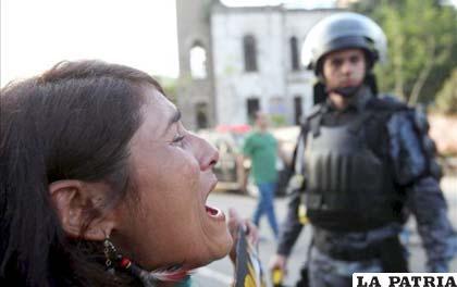 Una indígena llora desconsolada ante el desalojo policial
