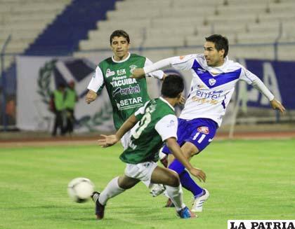 Pulido y García disputan el balón