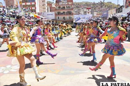 Chinas bailan la tradicional cueca en la Avenida Cívica