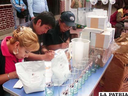 Personal de Pil Andina S.A. prepara vales para la entrega de leche