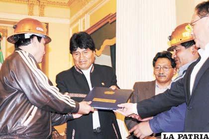 Representantes de los diferentes sectores mineros, entregan al Presidente Evo Morales, la carpeta con el anteproyecto de la Ley Minera