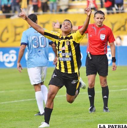 Jair Reinoso festeja el gol de la victoria que anotó para su equipo