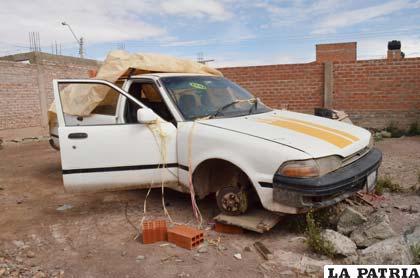 El vehículo al que le hace falta la llanta sustraída