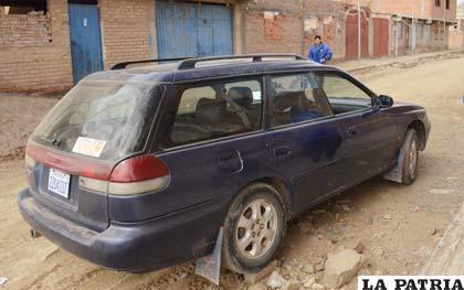 A este coche también le rompieron el vidrio lateral