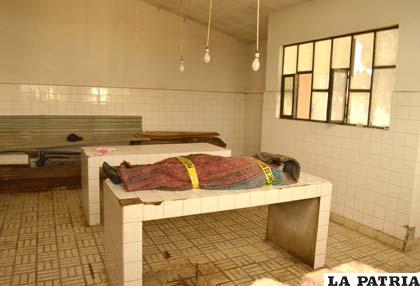 El cadáver está envuelto en una alfombra y tiene el precinto