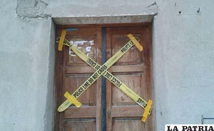 La puerta fue precintada con fines investigativos