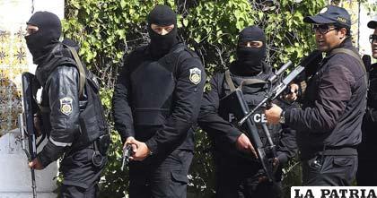 Miembros de las fuerzas de seguridad tunecinas, cerca al Museo del Barbo en Túnez