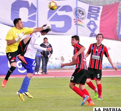 Zamora despeja con la rodilla en alto ante la arremetida de Bustamante