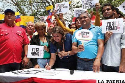 Venezolanos estampan su firma pidiendo derogación del decreto