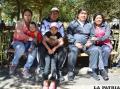 Durante su paseo por la plaza la familia de Jacinto Quispaya