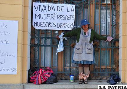 Una de las mujeres que festejaron su día con una medida de protesta