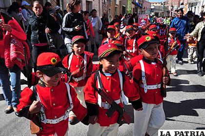 Niños representaron a los Colorados de Bolivia recordando la Batalla del Alto de la Alianza