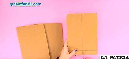 PASO 1 Recorta tres pedazos de cartón que sean del tamaño del iPad, uno de ellos tendrás que cortarlo por la mitad.