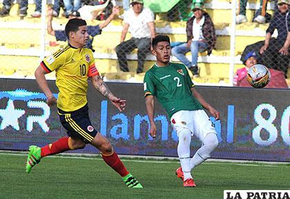 James Rodríguez y Erwin Saavedra en procura de dominar el balón /APG