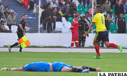 Quiñónes queda vencido, Cardona anotó el gol del triunfo en el minuto 91 /APG