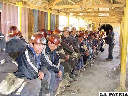 Ejecutivos y trabajadores de Huanuni a la espera de una concesión financiera del Estado