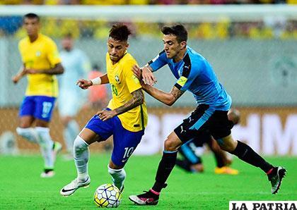 Neymar intenta salir vencedor de la marca de su adversario
