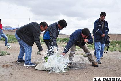 Zeballos, Vásquez y Salas, durante la ch´alla de la piedra fundamental, para la construcción de la obra
