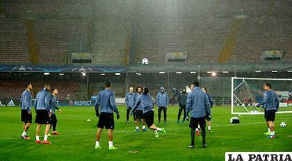Real Madrid entrenó anoche en el San Paolo en plena lluvia /AS.COM