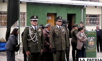 A la izquierda el comandante saliente, Ramiro Cuba y a la derecha la nueva autoridad, �?scar Rojas