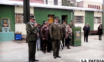 El coronel Cuba a momento de ceder el mando al coronel Rojas