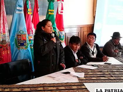 La presidenta ejecutiva de la ABC, Noemí Villegas junto al gobernador Víctor Hugo Vásquez entregaron la orden de proceder para el inicio del estudio