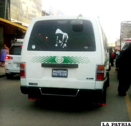 El minibús que mató al niño. Fue con una de las llantas traseras del vehículo que atropellaron al menor