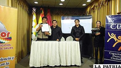Los representantes de Amdeor y del CDC tras firmar el convenio de cooperación