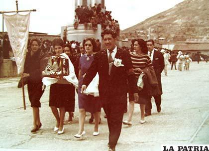 Cofradía y el jefe de danzas, Hugo Mendoza Zapata, en 1972 haciendo su paso por la Avenida Cívica