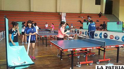 Las orureñas Lenny Rocha y Belén Cortez son capacitadas en tenis de mesa