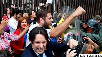 Opositores repudian determinación del Tribunal de Justicia y se enfrentan a policías /glanación.com