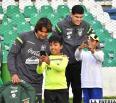 Niños seguidores de la Selección se toman una selfie con Martins y Lampe /APG