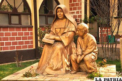 Escultura de Nazaria Ignacia y una fotografía de la hermana María Victoria Azuara, bendecida por un milagro