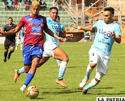 Jair Reinoso con el balón, fue autor del gol del cuadro orureño