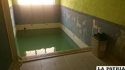 La humedad genera destrozos y trabajadores piden usar azulejos en remplazo