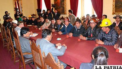 Comité Ejecutivo de la COB en una reunión con el Gobierno /ABI