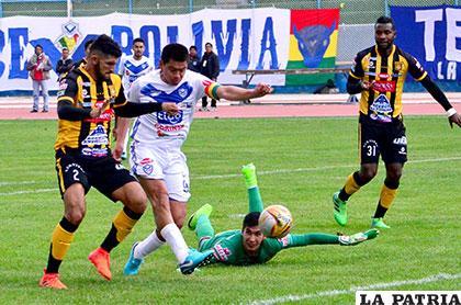 Saucedo elude al portero Peñarrieta para anotar el primero de San José