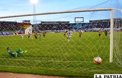 Doblete de Saucedo, anotó el segundo de tiro penal