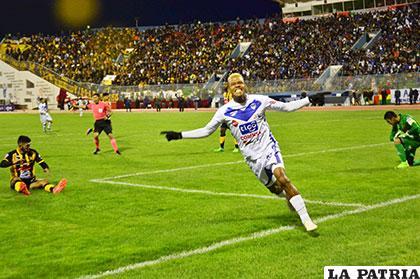Jair Reinoso ingresó en el segundo tiempo y marcó el tercero