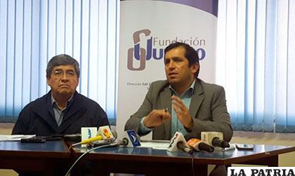 Juan Carlos Núñez, director ejecutivo de Fundación Jubileo, y René Martínez, analista económico /ANF