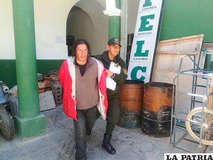 Yerko Magne Olmos, escoltado por un policía en la Felcc